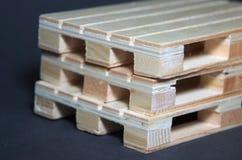 Vista cercana de las plataformas de madera de la pila Estructura plana del transporte Imagen de archivo libre de regalías