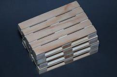 Vista cercana de las plataformas de madera de la pila Estructura plana del transporte Foto de archivo libre de regalías