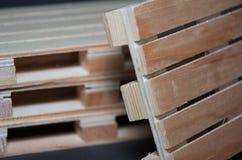 Vista cercana de las plataformas de madera de la pila Estructura plana del transporte Fotos de archivo libres de regalías