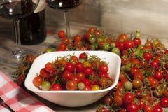 Vista cercana de mini tomates Fotos de archivo libres de regalías