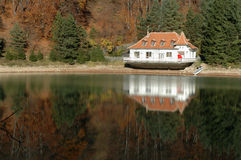 Vista cercana de una casa del lago en un lago Imagenes de archivo