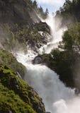 Vista cercana de una cascada enorme Fotos de archivo libres de regalías