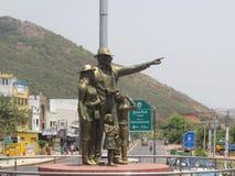 Vista cercana de una estatua en la intersección del camino Foto de archivo