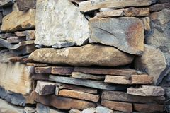 Vista cercana de una pared de piedra mediterránea áspera como fondo fotos de archivo libres de regalías