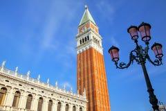 Vista cercana del campanil y de Biblioteca del ` s de St Mark en Piazzetta Sa Imágenes de archivo libres de regalías