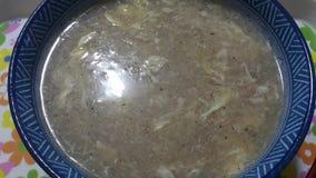 Vista cercana del cuenco de sopa picante china imagen de archivo libre de regalías