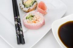 Vista cercana del sushi rosado con la salsa de soja Foto de archivo
