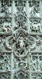 Vista cercana a una de las puertas hermosas de la catedral de Milano Imágenes de archivo libres de regalías
