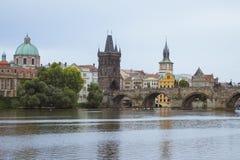 Vista a Charles Bridge, fiume della Moldava, Praga Fotografia Stock