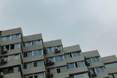 Vista che cerca un edificio residenziale fotografia stock