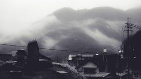 Vista che trascura la montagna in foschia di mattina Immagini Stock