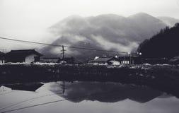 Vista che trascura la montagna in foschia di mattina Fotografia Stock Libera da Diritti