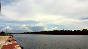 Vista, cielo e nuvola del fiume Immagini Stock