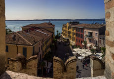 Vista città di polizia e di Sirmione del lago sulla vecchia in Italia Immagine Stock