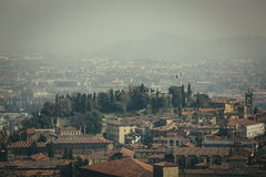 Vista a Città Vecchia Citta Alta di Bergamo da San Vigilio Hill Finestra decorativa di un appartamento storico Immagine Stock