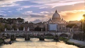 Vista clásica de la bóveda del Vaticano en la puesta del sol Fotografía de archivo libre de regalías