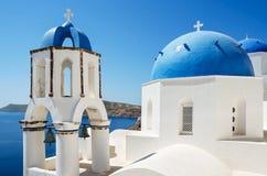 Vista clásica de la iglesia blanca con las bóvedas azules - pueblo de Oia, isla de Santorini Imagen de archivo