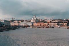 Vista clássica da cidade com o sol que tenta brilhar através das nuvens em um dia de mola foto de stock royalty free