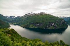 Vista classica al fiordo di Geiranger con la cascata, Norvegia Immagine Stock