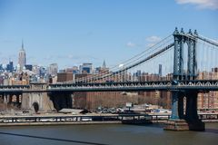 Vista classica del ponte di Brooklyn e dell'Empire State Building in New York fotografia stock