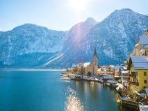 Vista classica della cartolina della città famosa della riva del lago di Hallstatt nella nave del moutain delle alpi su un bello  Fotografia Stock Libera da Diritti