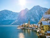 Vista classica della cartolina della città famosa della riva del lago di Hallstatt nella nave del moutain delle alpi un bello gio Immagine Stock Libera da Diritti