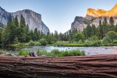 Vista classica della valle di Yosemite al tramonto in parco nazionale di Yosemite, California, U.S.A. Fotografia Stock