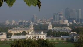 Vista classica di Canary Wharf dal parco di Greenwich stock footage