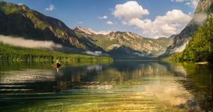 Vista classica sul lago Bohinj, le alpi della montagna della Slovenia Fotografia Stock