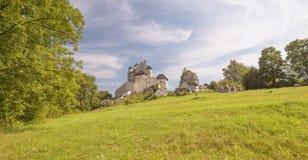 Vista cênico do castelo medieval na vila de Bobolice poland Imagens de Stock Royalty Free