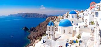 Vista cênico panorâmico de casas brancas bonitas em Santorini Fotos de Stock