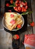 Vista colorida de uma panqueca saboroso com gelado, Imagem de Stock Royalty Free