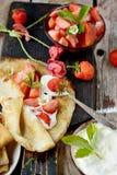 Vista colorida de uma panqueca saboroso com gelado, Imagens de Stock Royalty Free