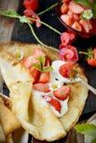 Vista colorida de uma panqueca saboroso com gelado, Foto de Stock