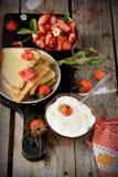Vista colorida de uma panqueca saboroso com gelado, Fotos de Stock Royalty Free