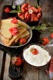 Vista colorida de uma panqueca saboroso com gelado, Fotografia de Stock