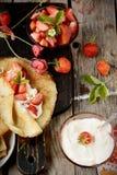 Vista colorida de uma panqueca saboroso com gelado, Imagem de Stock