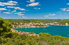 Vista com a baía claro de turquesa em Tisno, Croácia Fotos de Stock Royalty Free