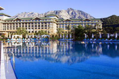 Vista com o hotel de luxo com a associação em Kemer, Antalya Fotos de Stock
