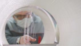 Vista com a qualidade da linha da fibra de vidro dos controles do contramestre do furo da bobina vídeos de arquivo
