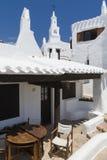 Vista com a torre de sino da aldeia piscatória, Menorca, Espanha imagens de stock royalty free