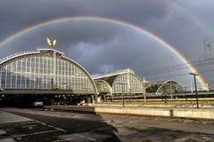Vista completa: Arcos por natureza e arcos pelo homem acima da estação central de Amsterdão fotos de stock royalty free