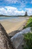 Vista completamente a uma vista da praia do porto de Ngunguru e do rio es Imagem de Stock Royalty Free