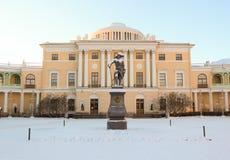 Vista con il palazzo ed il monumento di Pavlovsky a Pavel First su Januar fotografie stock libere da diritti