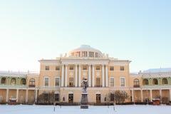 Vista con il palazzo ed il monumento di Pavlovsky a Pavel First su Januar immagini stock libere da diritti