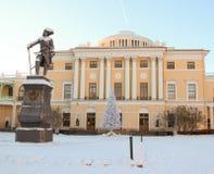 Vista con il palazzo ed il monumento di Pavlovsky a Pavel First su Januar Fotografie Stock