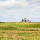 Vista con l'abbazia di san-Michel del mont e delle pecore Fotografia Stock Libera da Diritti
