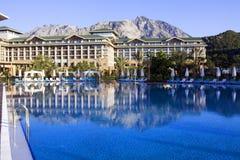 Vista con l'albergo di lusso con il raggruppamento in Kemer, Antalya fotografie stock