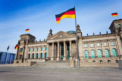 Vista con le bandiere tedesche, Berlino della facciata di Reichstag Immagini Stock Libere da Diritti