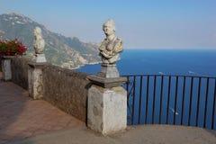 Vista con le statue dalla città di Ravello, costa di Amalfi, Italia Fotografia Stock